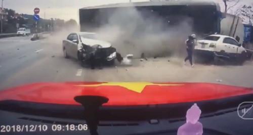 Em bé thoát chết ly kỳ dưới bánh xe container: Cư dân mạng cho rằng thần linh đã cứu giúp nhưng hãy nhìn phản xạ nhanh đến khó tin của người mẹ mà xem - Ảnh 2.