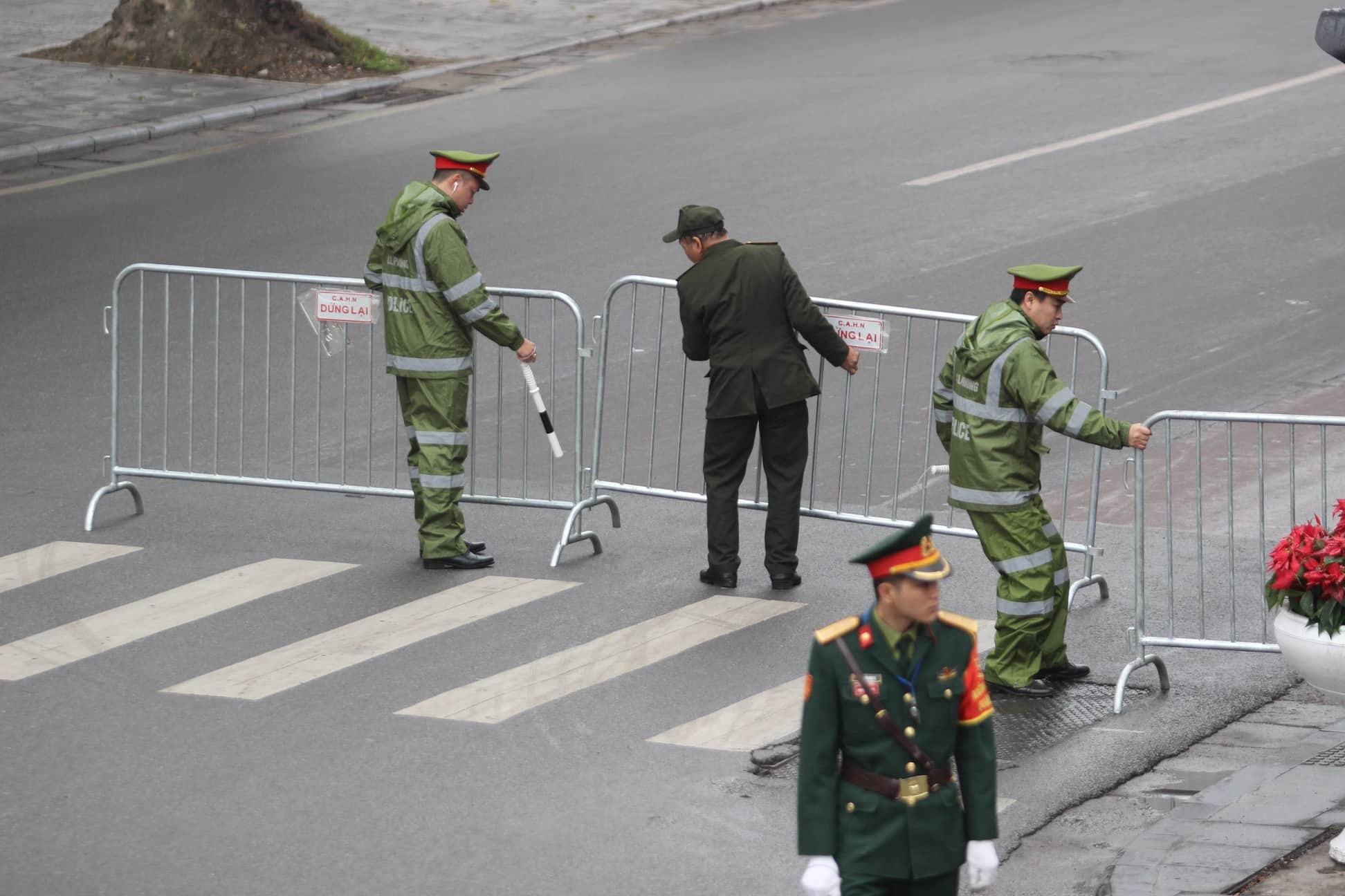 Đoàn xe của ông Kim Jong-un tới Hà Nội