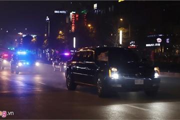 Ông Trump vẫy chào người dân Hà Nội từ trong chiếc The Beast
