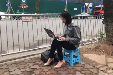 Nữ phóng viên Hàn Quốc xinh đẹp tác nghiệp trên vỉa hè Hà Nội