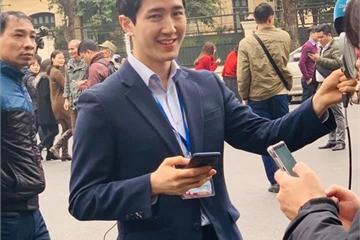 Nam phóng viên Hàn tăng follow nhanh chóng, fan Việt vào khen đẹp trai
