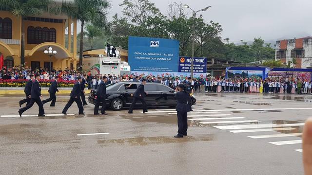 Chi tiết lạ trên chiếc Mercedes-Benz S600 bọc thép của ông Kim Jong-un khiến nhiều người đặt ra dấu hỏi lớn - Ảnh 2.