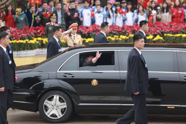 Chi tiết lạ trên chiếc Mercedes-Benz S600 bọc thép của ông Kim Jong-un khiến nhiều người đặt ra dấu hỏi lớn - Ảnh 4.