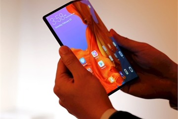 Sếp Huawei chê thiết kế smartphone màn hình gập Samsung