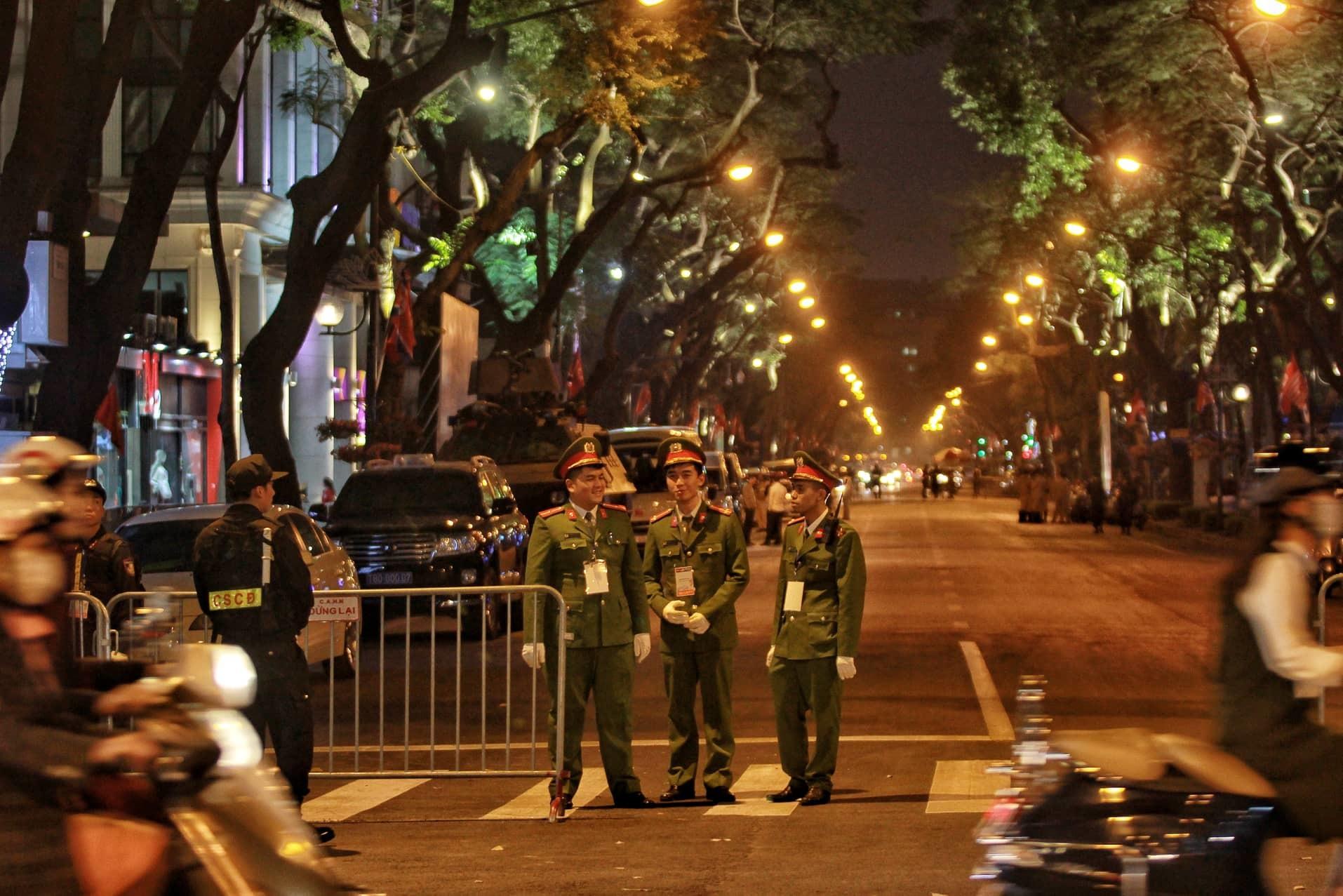 Vệ sĩ chon von trên nóc khách sạn Melia bảo vệ ông Kim Jong-un