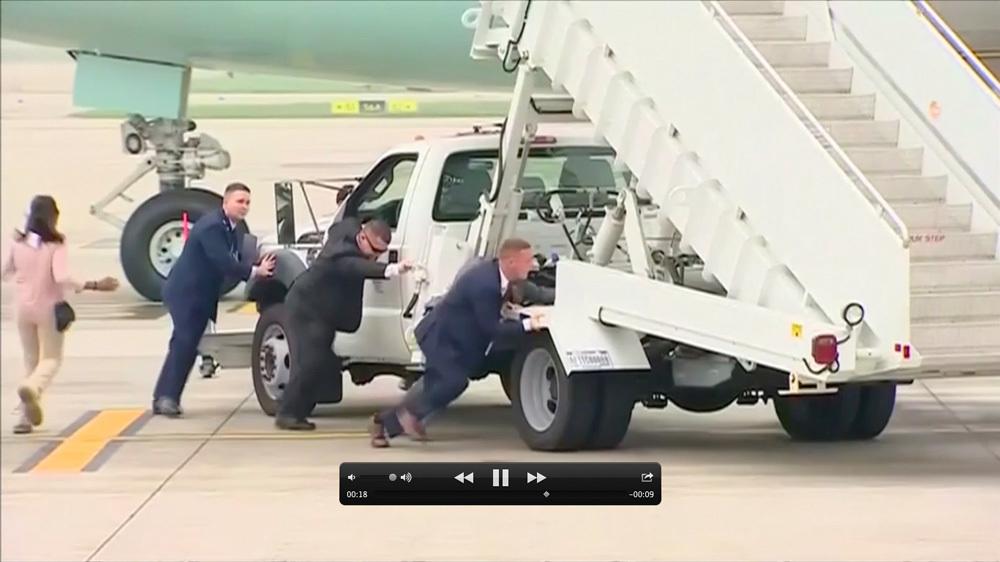 Vì sao đặc vụ Mỹ tự đẩy xe thang khỏi máy bay của ông Trump?