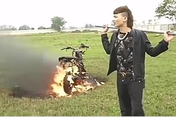 Công an xác minh clip Khá Bảnh đốt xe máy đổi xe điện