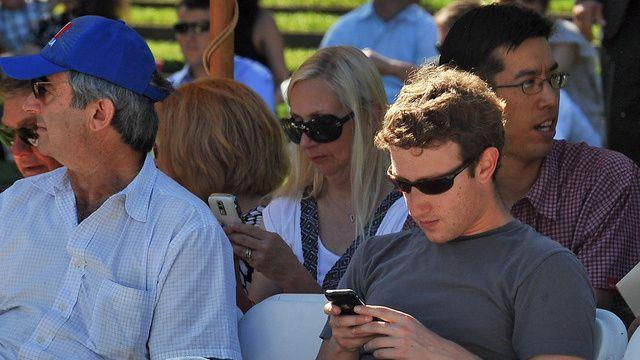 Warren Buffett che iPhone X, ty phu khac dung dien thoai gi? hinh anh 3