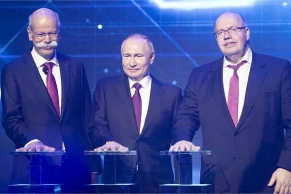 Tổng thống Nga Vladimir Putin xuất hiện trong lễ khánh thành nhà máy Mercedes-Benz đầu tiên tại Nga