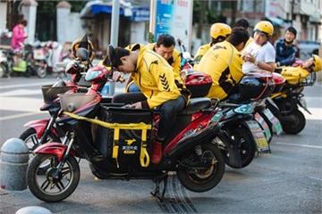 'Tuổi trẻ trôi dạt' của shipper làm việc 10 tiếng/ngày ở Trung Quốc