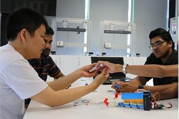 Sinh viên công nghệ RMIT Việt Nam tham gia làm tay điện cho người khuyết tật