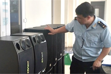 Bắt giữ hàng trăm chiếc loa thùng, micro cũ nhập lậu