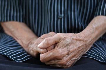 Công nghệ đang đẩy người già vào lãng quên?