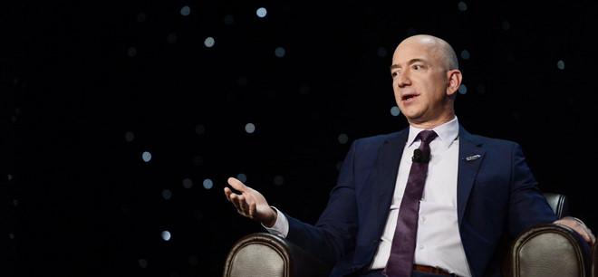 Trong 15 phut, ty phu Jeff Bezos kiem so tien mot nguoi My lam ca doi hinh anh 8