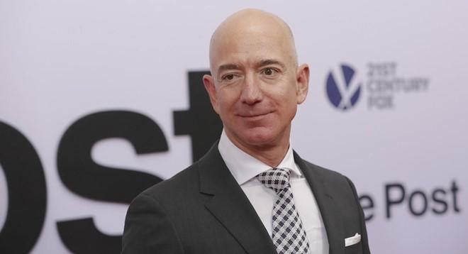 Trong 15 phut, ty phu Jeff Bezos kiem so tien mot nguoi My lam ca doi hinh anh 2