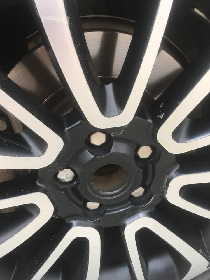 Hết trộm gương, xe sang Range Rover bị 'vặt' logo mâm xe