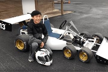 """Cậu bé 13 tuổi chế tạo """"xe đua F1"""" 6 bánh"""