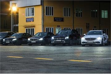 Thử lái 30 chiếc xe Mercedes-Benz trên đường băng sân bay Gia Lâm