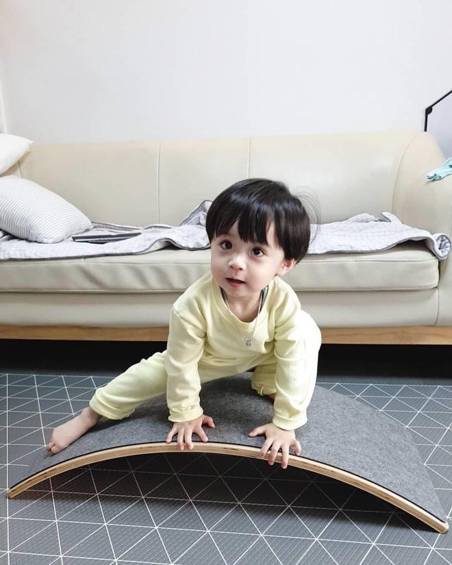 Be trai Han Quoc dang yeu, tro thanh ngoi sao quang cao tren mang hinh anh 11