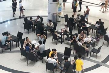 Nhiều người Hà Nội vào nằm ngồi la liệt để tránh nóng, Aeon Mall lập tức bổ sung thêm bàn ghế để phục vụ khách hàng