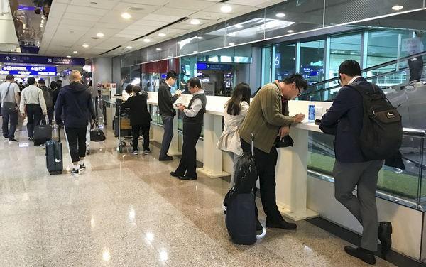 Lý do bạn nên bỏ ngay thói quen sạc điện thoại tại sân bay - Ảnh 2.