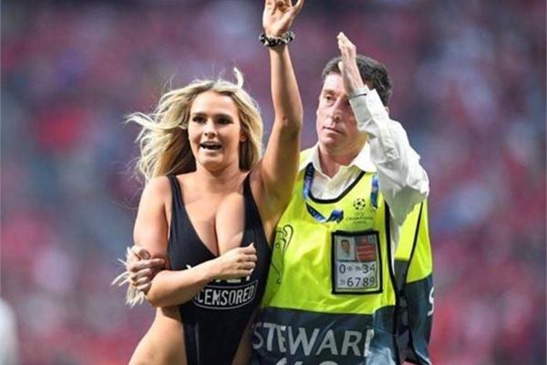 Cô gái hở hang gây rối chung kết Champions League bị xóa Instagram