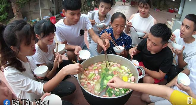 A đây rồi: bà Tân Vlog đã làm nồi lẩu Thái siêu cay khổng lồ ăn mừng chiến thắng của tuyển Việt Nam rồi này