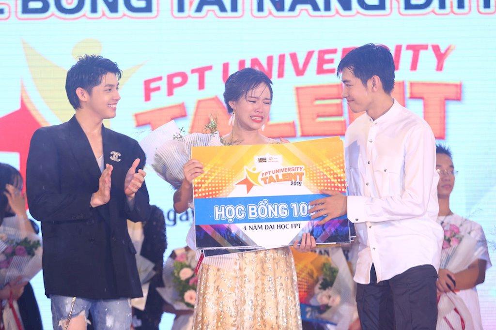 """Nêu thông điệp """"cứu trái đất"""", nữ sinh Hà Nội giành Quán quân cuộc thi tài năng ĐH FPT"""