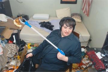 13 năm sống chung với rác, chai nước tiểu và giòi bọ, game thủ livestream cảnh dọn phòng khiến ai cũng buồn nôn