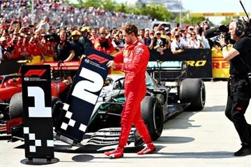Drama cực mạnh trên đường đua F1: Cựu vô địch thế giới tự ý thay đổi vị trí xe về đích, đứng luôn lên bục podium cùng tay đua thắng cuộc