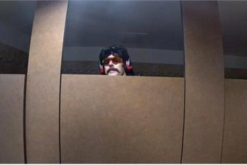 Streamer nổi tiếng bị khóa kênh vì livestream ở nhà vệ sinh công cộng