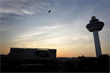 Drone lởn vởn quanh sân bay Changi khiến 37 chuyến bay bị hoãn
