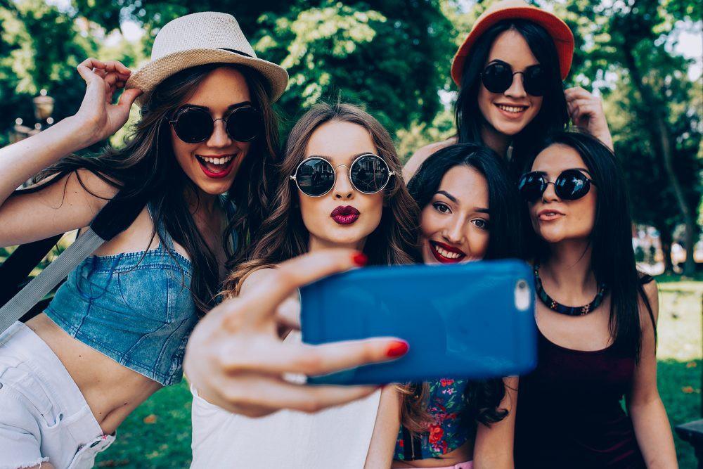 Tội ác của selfie đối với thế hệ trẻ: Nỗi ám ảnh ngoại hình lấy phẫu thuật thẩm mỹ làm giải thưởng thỏa mãn - Ảnh 1.