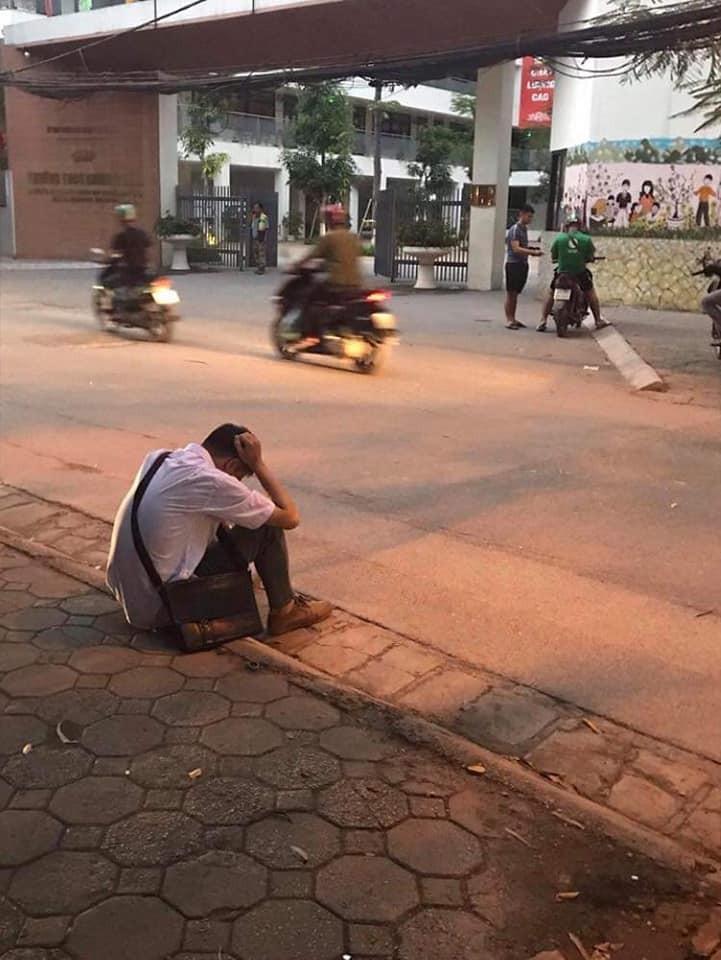 Xôn xao hình ảnh nam sinh ôm đầu lang thang cả đêm ngoài đường không dám về nhà gặp bố mẹ vì không làm được bài - Ảnh 1.