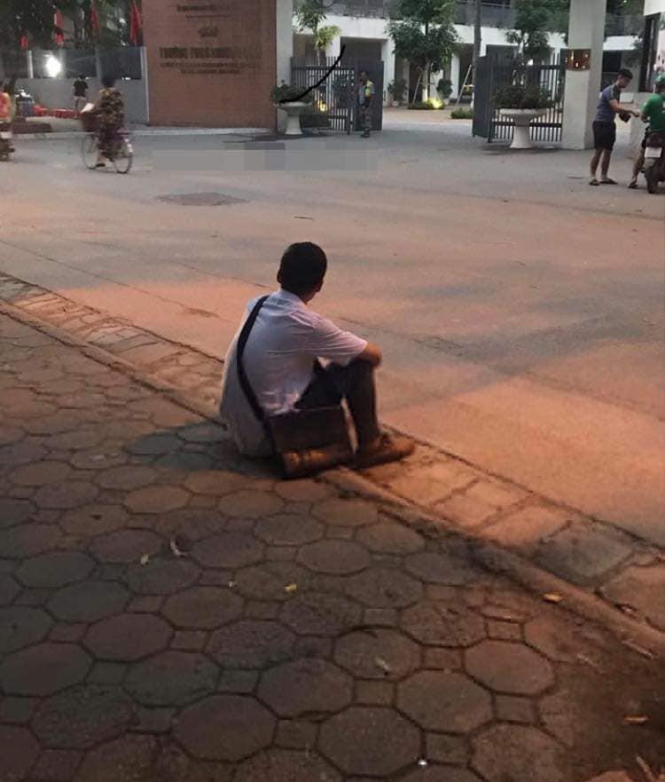Xôn xao hình ảnh nam sinh ôm đầu lang thang cả đêm ngoài đường không dám về nhà gặp bố mẹ vì không làm được bài - Ảnh 2.