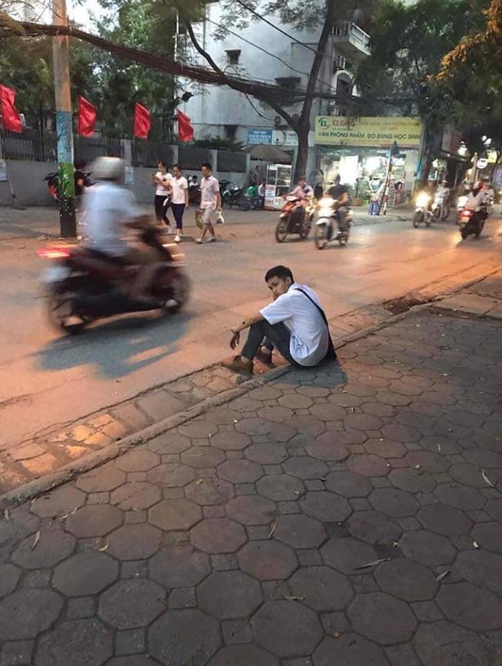 Xôn xao hình ảnh nam sinh ôm đầu lang thang cả đêm ngoài đường không dám về nhà gặp bố mẹ vì không làm được bài - Ảnh 3.