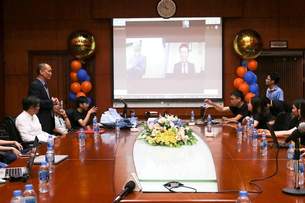 Đại học trực tuyến FUNiX trao bằng tốt nghiệp cho sinh viên đầu tiên | Sinh viên Việt Nam hoàn thành chương trình đại học trực tuyến chỉ sau 20 tháng | Sinh viên Việt sống tại Mỹ lấy bằng đại học trực tuyến chỉ trong 20 tháng