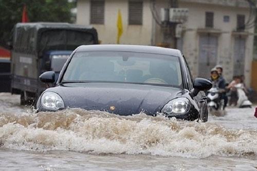 Những điều cốt tử cần biết khi lái xe ô tô ngày mưa bão