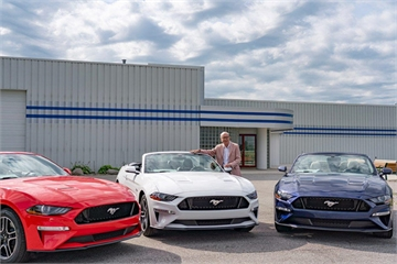 Sinh nhật 80 tuổi, cụ ông 'chơi lớn' tặng Ford Mustang GT cho các con