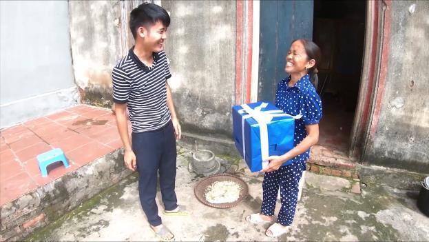 Bà Tân Vlog bất ngờ nhận được món quà siêu to khổng lồ từ con trai và cái kết! - Ảnh 1.