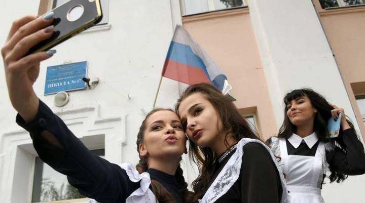 Nga có thể sẽ cấm học sinh sử dụng điện thoại ở trường vì sợ sao nhãng - Ảnh 1.