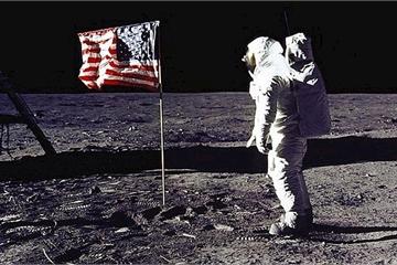 Cuộn băng gốc ghi hình chuyến bay lên Mặt Trăng của tàu Apollo 11 được bán đấu giá hơn 23 tỷ đồng