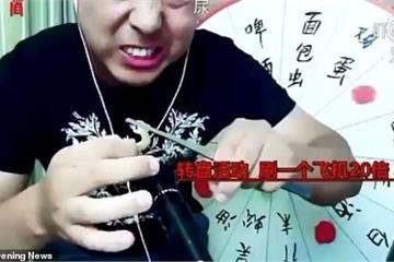 Vlogger Trung Quốc tử vong sau khi livestream ăn tắc kè sống, rết độc