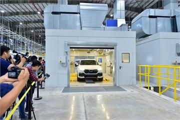 """VinFast giao bộ đôi xe Lux, khách hàng lần đầu được """"mục sở thị"""" nhà máy sản xuất ô tô 4.0 hàng đầu Đông Nam Á"""
