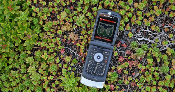 Chúc mừng sinh nhật thứ 15 của Motorola Razr: Chiếc điện thoại lật cuối cùng được mọi người quan tâm