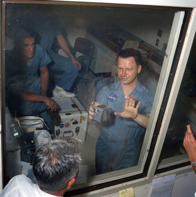 Chân dung nhiếp ảnh gia trở thành người đầu tiên tại Trái Đất được chạm vào bụi Mặt Trăng - Ảnh 3.
