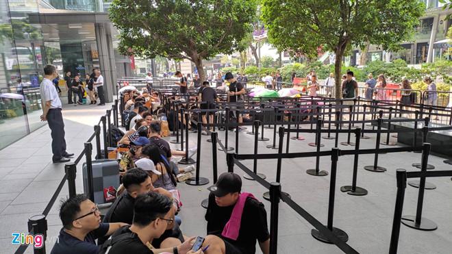 Nguoi Viet xep hang truoc 1 ngay o Singapore cho mo ban iPhone 11 hinh anh 11