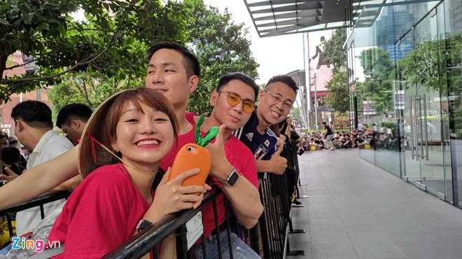 Nguoi Viet xep hang truoc 1 ngay o Singapore cho mo ban iPhone 11 hinh anh 7