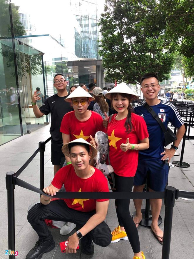 Nguoi Viet xep hang truoc 1 ngay o Singapore cho mo ban iPhone 11 hinh anh 8