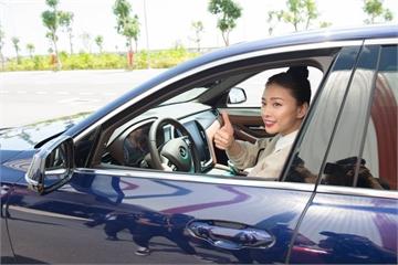 """Ngô Thanh Vân """"đạp ga"""" VinFast Lux lên tốc độ trên 100km/h, phấn khích vì lái xe """"quá đã""""!"""